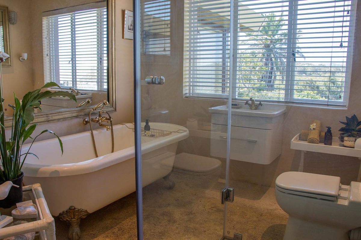 Kennedy's beach suite Victorian bathtub